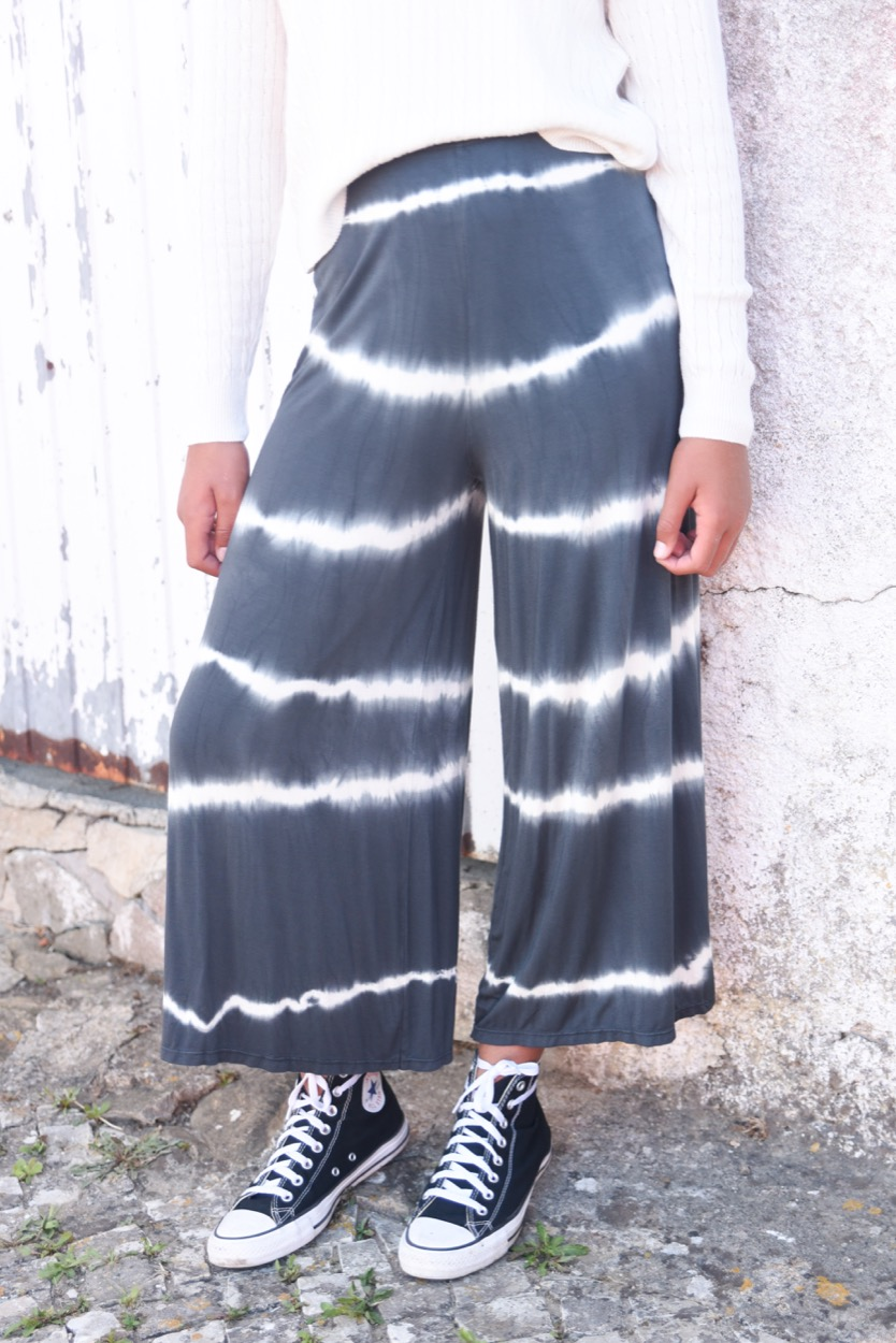 calças tie dye curtas chumbo