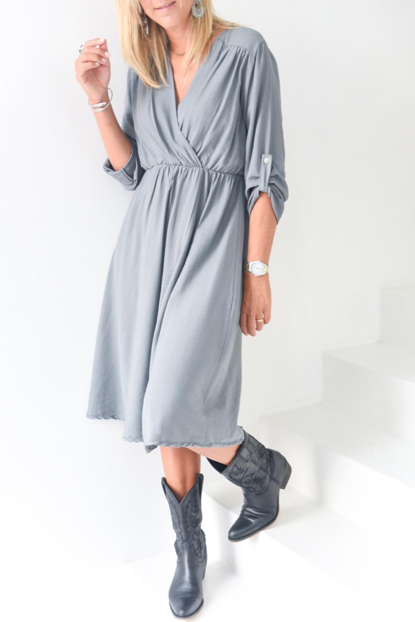 vestido liso cruzado cinza