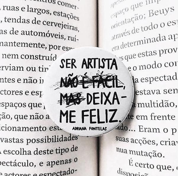 """Pin de alfinete """"Ser artista não é fácil, mas deixa-me feliz"""""""