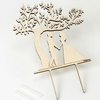 Noivos com árvore em madeira