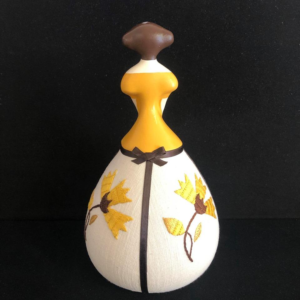 Boneca com aplicação de bordado de Castelo Branco