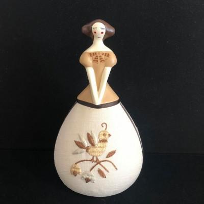 Boneca com aplicação bordado de Castelo Branco