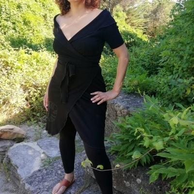 Vestido wrap decotado em preto