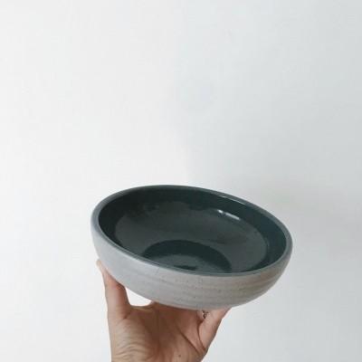 Prato de Sopa Cinza c/ fundo azul