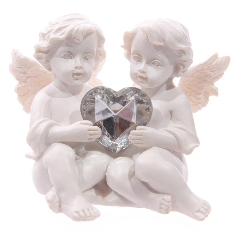 Anjo branco a abraçar pedra em forma coração
