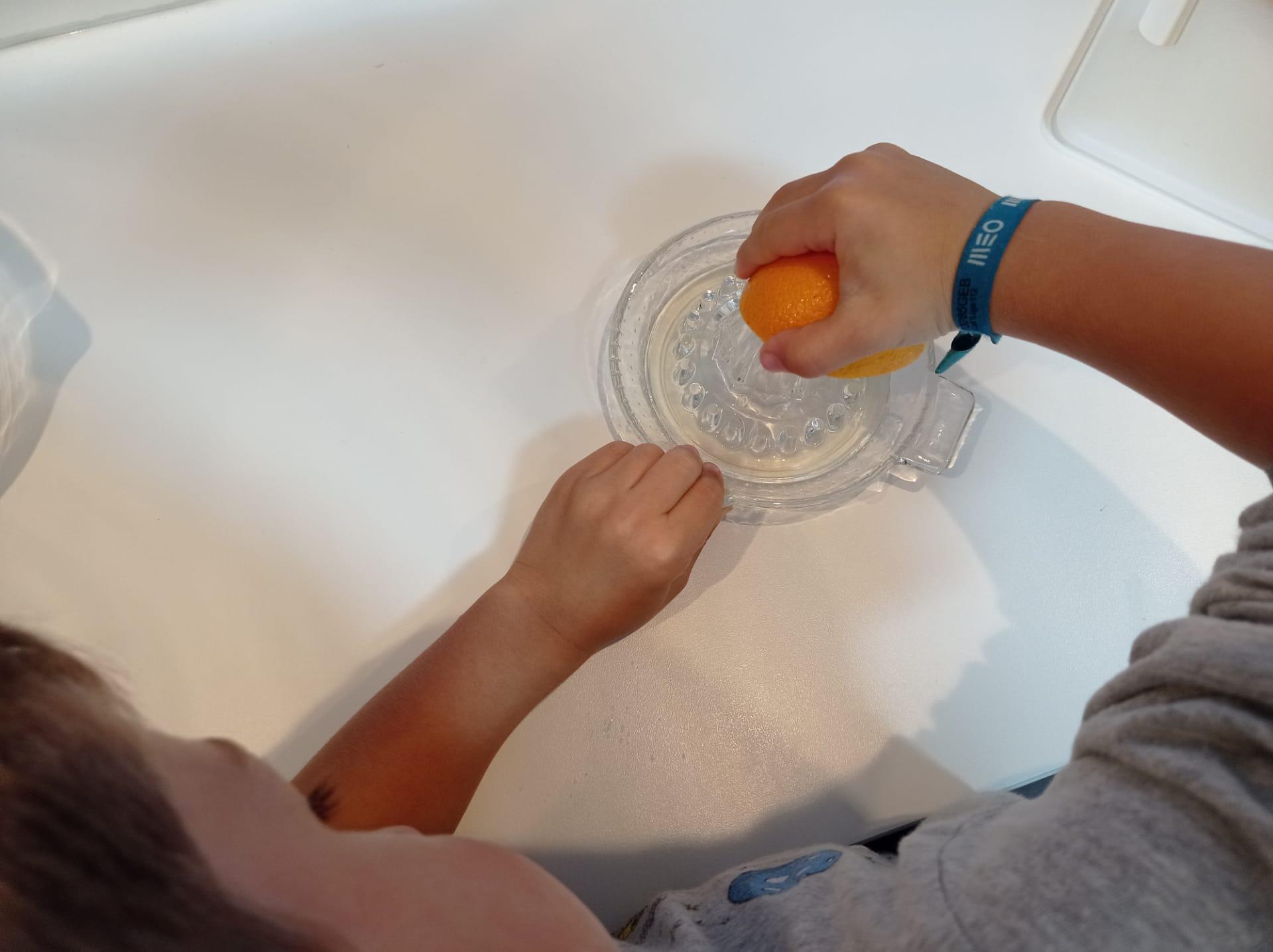 Espremer as laranjas