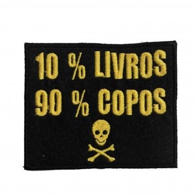 """Emblema """"10% livros, 90% copos"""""""
