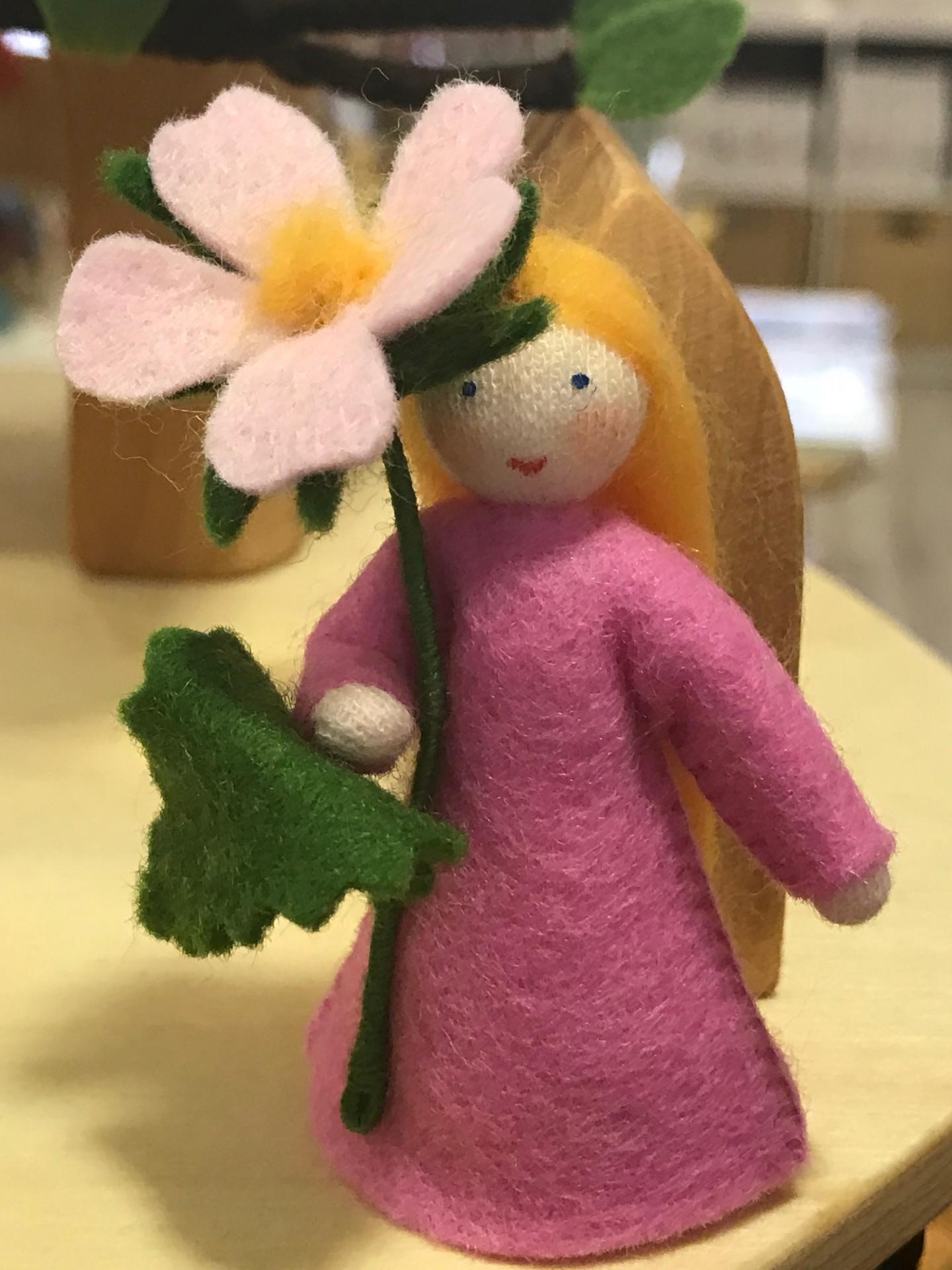 Boneca / Fada Rosa Rugibinosa flor na mão - Ambrosius