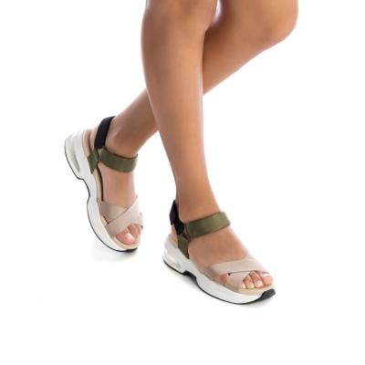 Sandália com tiras cruzadas