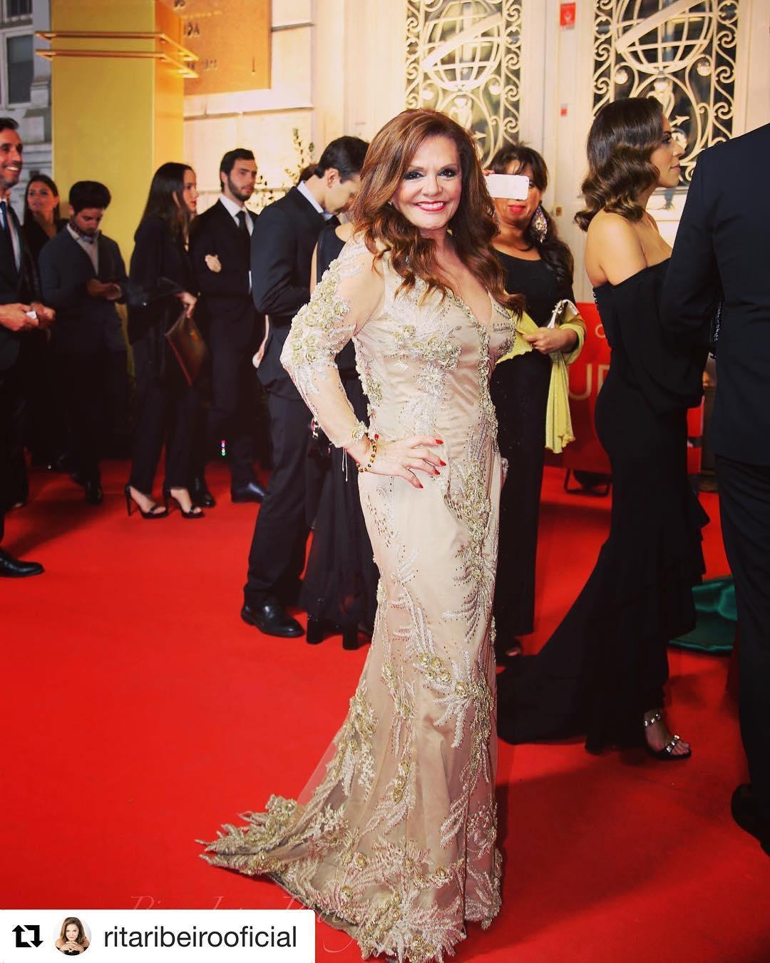 Rita Ribeiro nos Globos de Ouro com vestido Graça Esteves