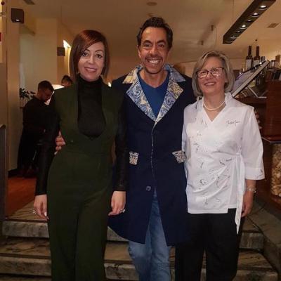 Nelson Mateus acompanhado de Fátima Lopes vestido com casaco Graça Esteves
