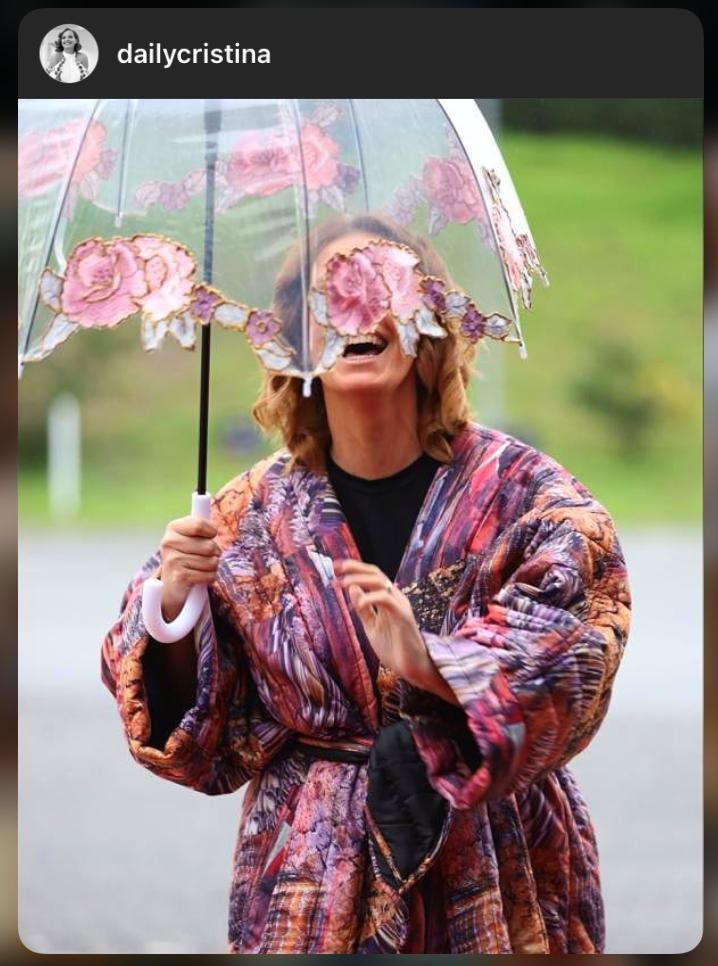 Cristina ferreira com guarda chuva graça esteves