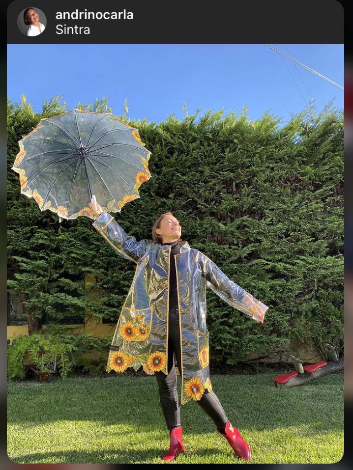 Carla andrino com capa de chuva graça esteves