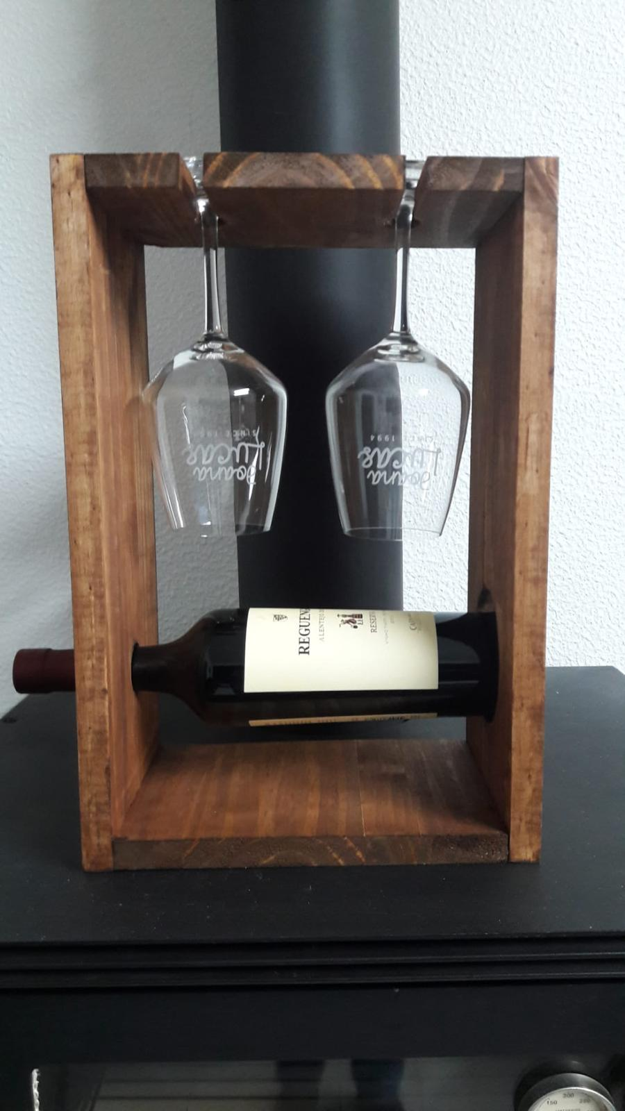 Suporte em madeira para uma garrafa e dois copos