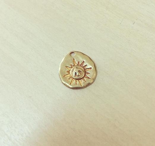 Medalha Martelada com Mini Espírito Santo