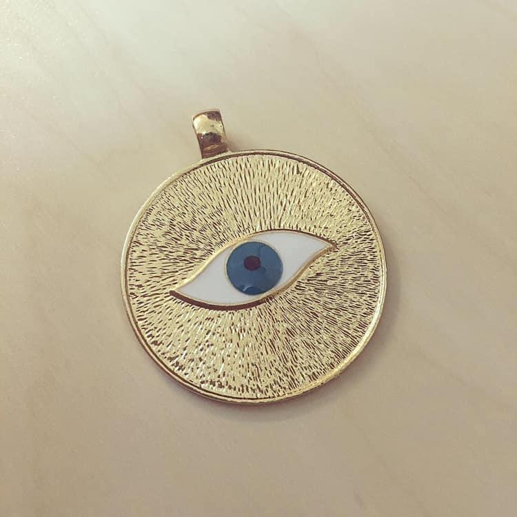 Medalhão Dourado Olho