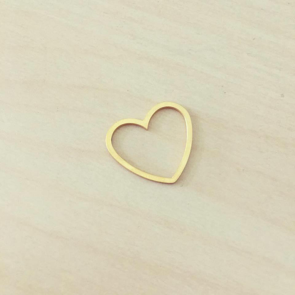 Contorno de Coração Dourado em Aço