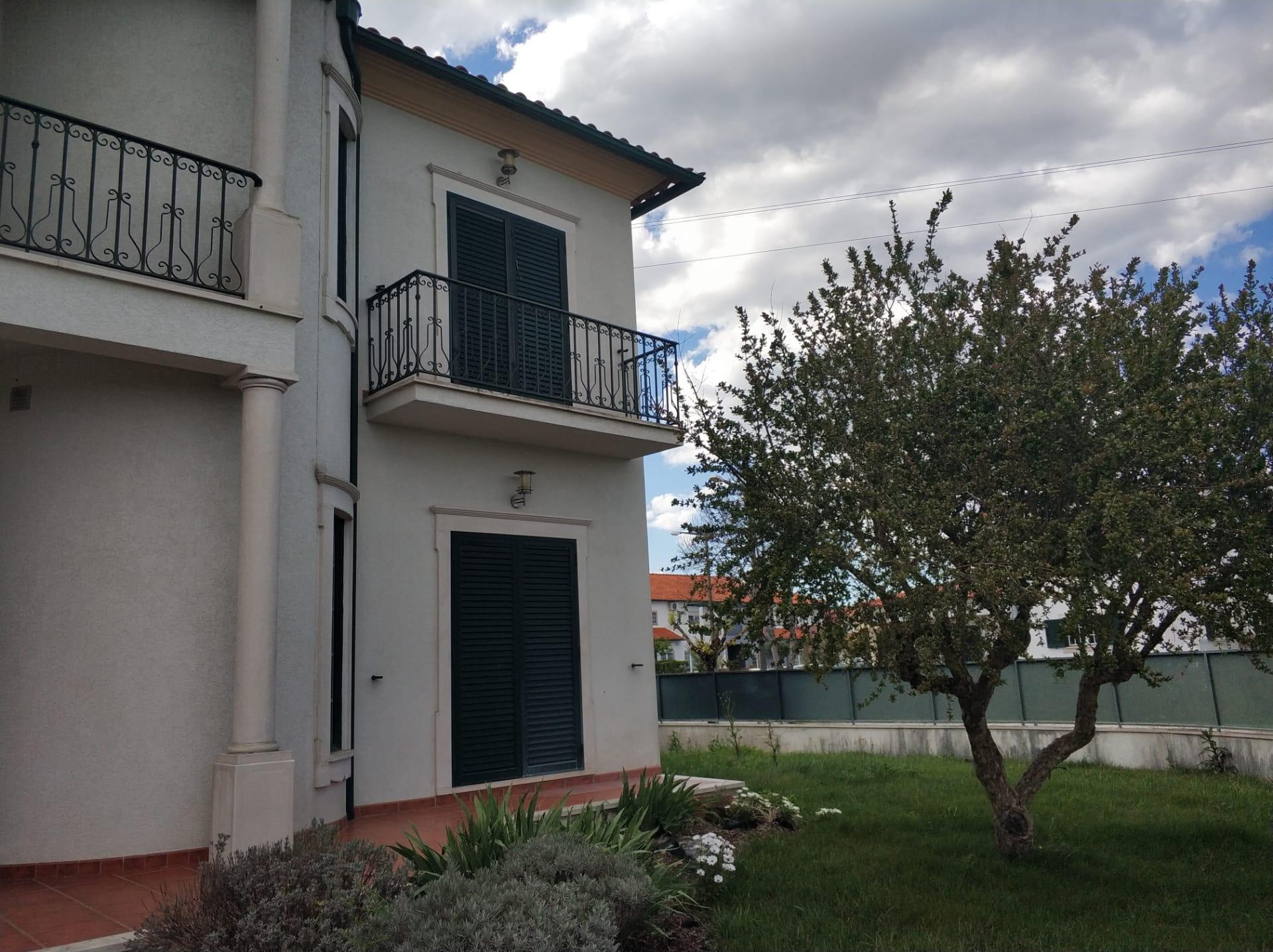 Imóvel do Banco - Moradia T5 na Urb. Vila D'Alva