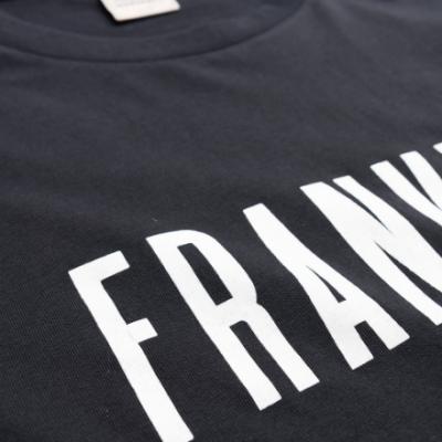 T-shirt preta com letras brancas Franklin & Marshall