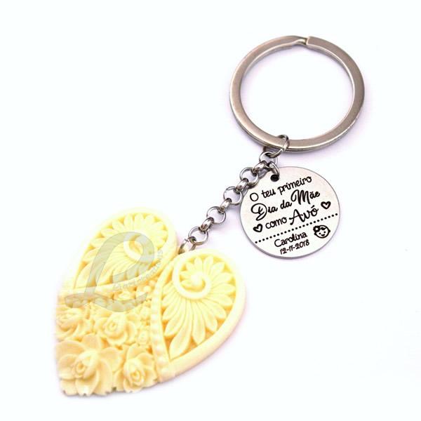 """Porta-Chaves Coração Bege + Medalha Personalizada """"O teu primeiro dia da Mãe como Avó"""""""