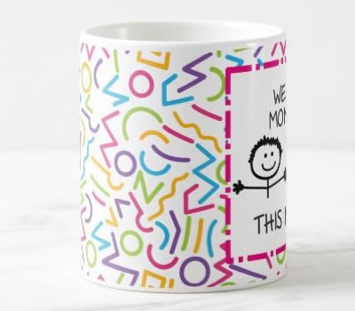 "Caneca ""I / We Love Mommy This Much"" (Versão 1)"