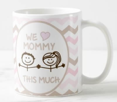 "Caneca ""I / We Love Mommy This Much"" (Versão 3)"