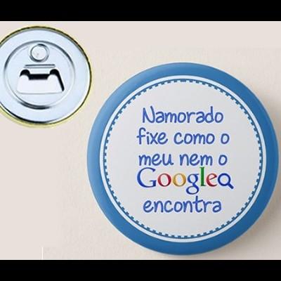 """Crachá Abre Garrafas Personalizável """"Namorado fixe como o meu nem o Google encontra"""""""
