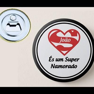 """Crachá Abre Garrafas Personalizável """"És um Super Namorado"""""""