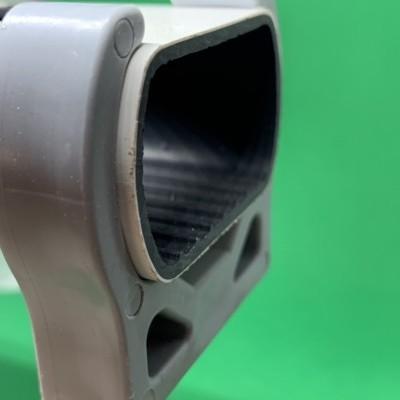 Abraçadeira de mola para perfil furado 80 mm