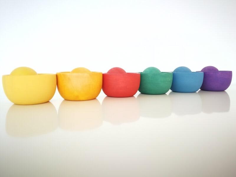 Taças com bolas coloridas