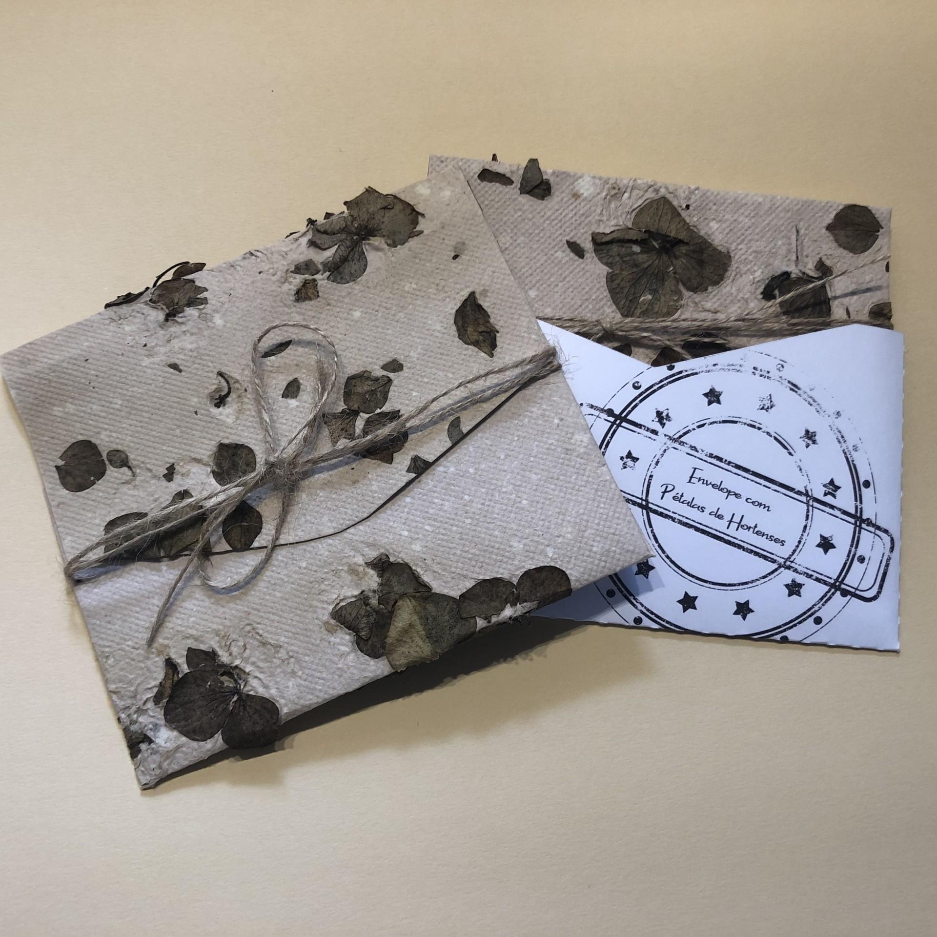 Envelope em papel reciclado com pétalas de Hortenses