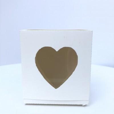 Caixa com janela em forma de coração