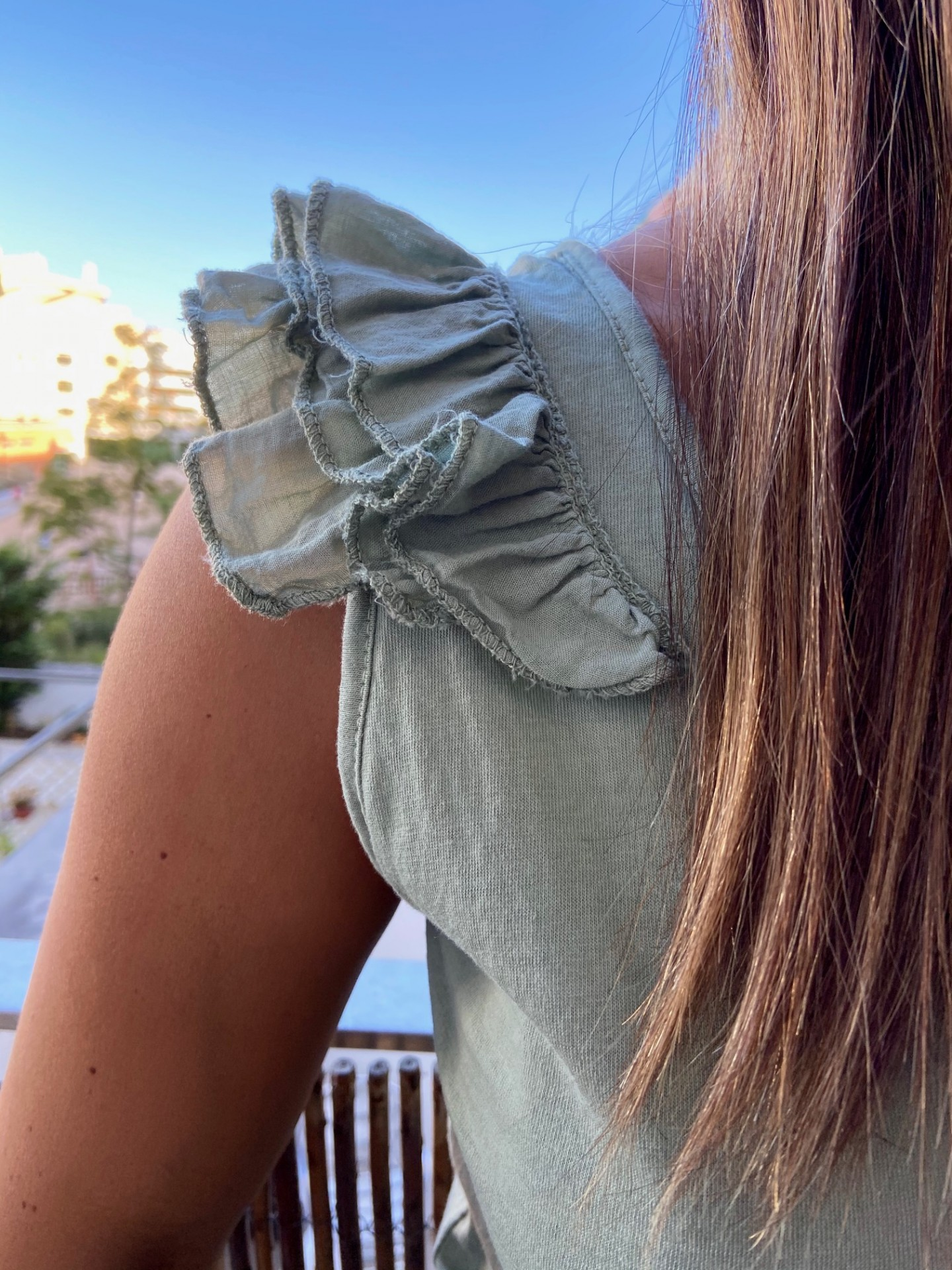 T-Shirt folhinhos ombro | Kaki