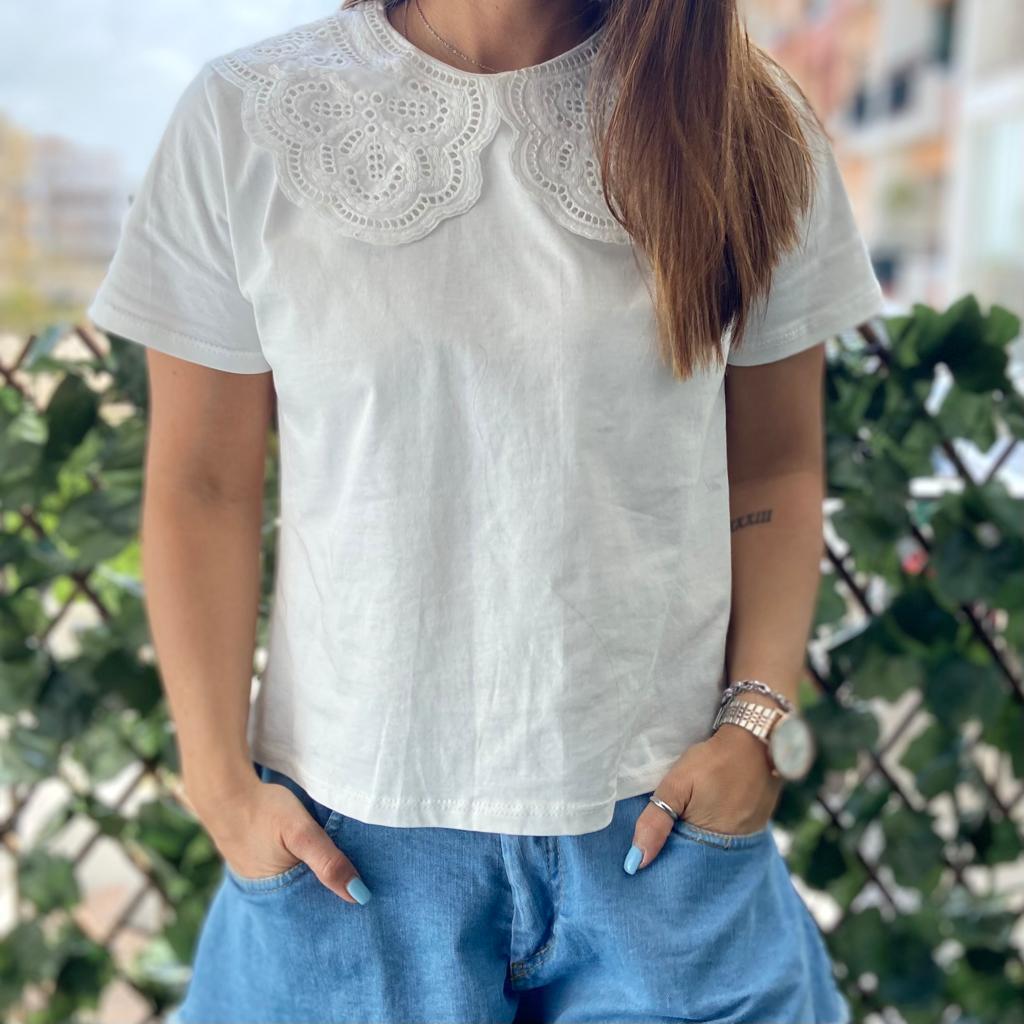 T-Shirt Gola Trabalhada   Branca