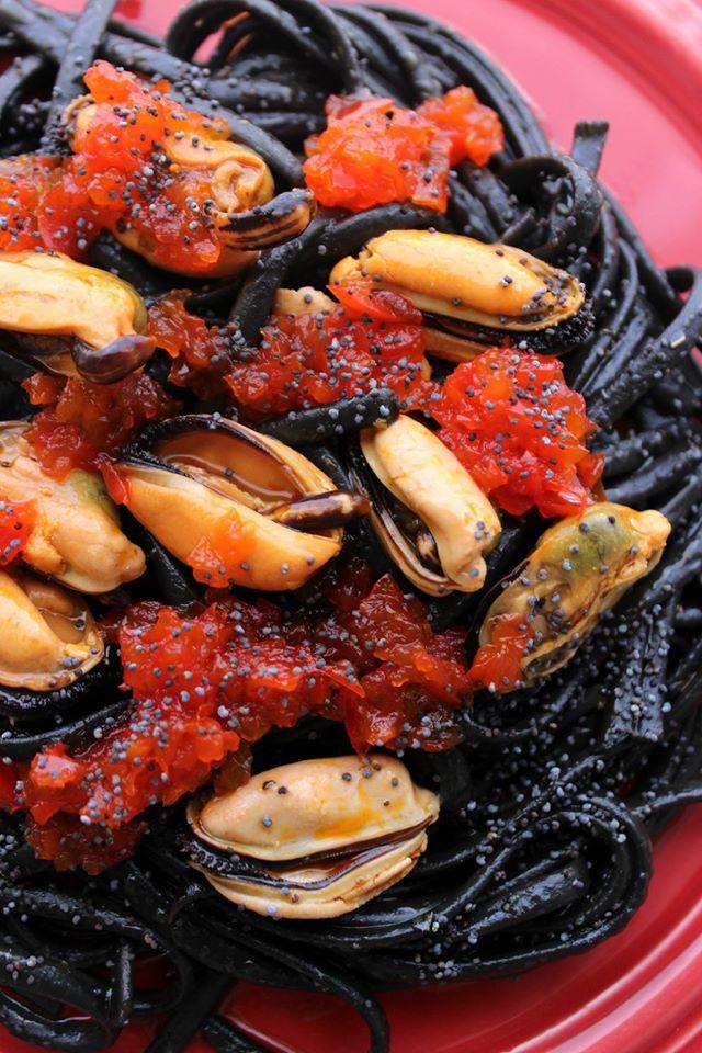 Receita Esparguete negro com mexilhões de conserva e Doce de Pimento