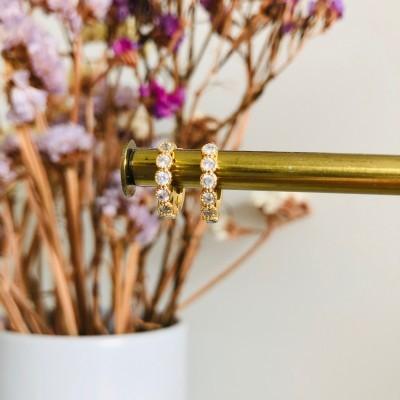Mini argolinha em aço dourada com brilhantes