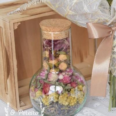 Frasco kemik c/ rolha cortiça e com flores naturais secas/desidratadas no interior a decorar.