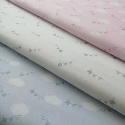 Tecido nuvens e bandeirolas rosa