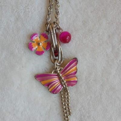 Colar Prateado comprido com borboleta e flor cor de rosa