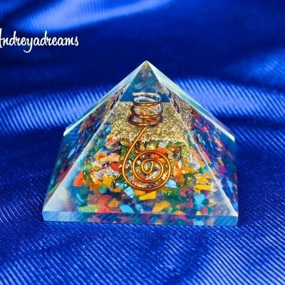 Pirâmide em Orgonite Pedras Variadas