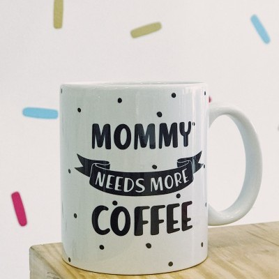CANECA MOMMY NEEDS COFFEE